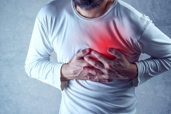 Mann hat Herzschmerz