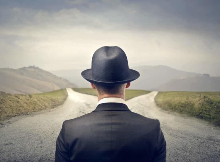 Mann muss den richtigen Weg finden