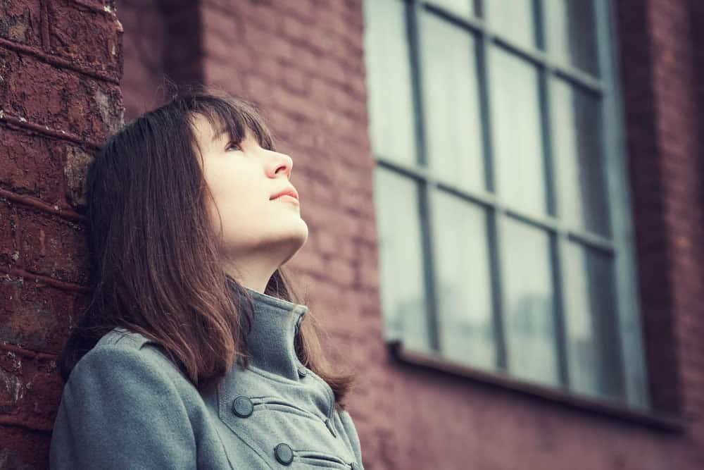 Frau blickt nach oben voll Hoffnung