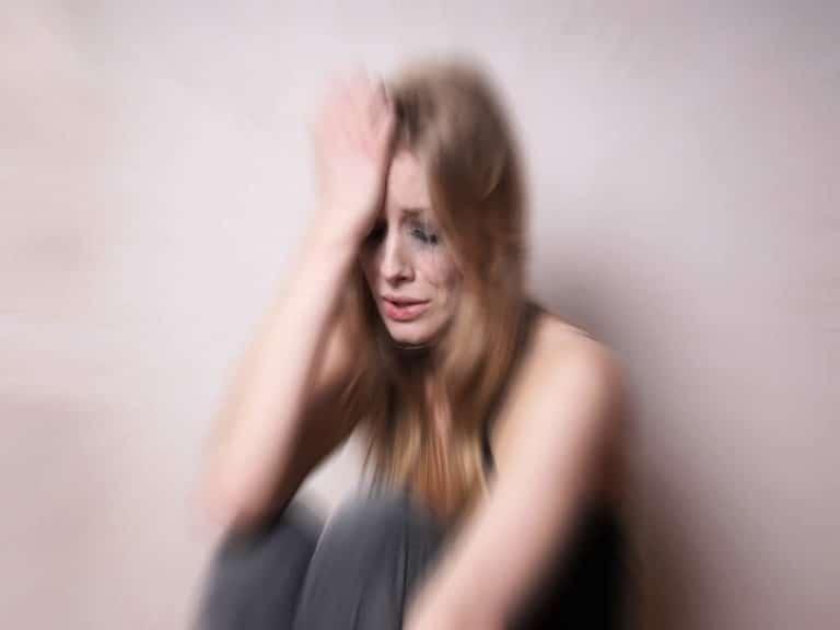 Traurige verzweifelte Frau